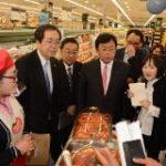 スーパーマーケットを視察する 斉藤鉄夫(左から2人目)