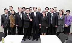 中国国際友好協会の表敬を受ける 斉藤鉄夫(右から4人目)
