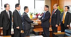 高木副大臣に申入れをする 斉藤鉄夫(左端)
