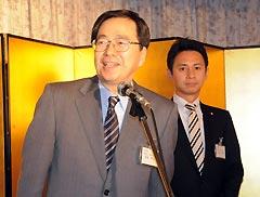 あいさつする斉藤政調会長(左)と谷あい氏=22日 松江市