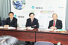 気候変動対策推進基本法案の要綱を発表する斉藤政調会長(中央)ら=18日 環境省