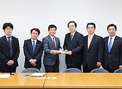 自治労からの要望を受ける斉藤政調会長(中央右)ら=2日 衆院第2議員会館