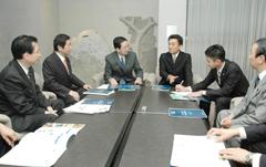 人材育成事業の目的などについて話を聞く斉藤政調会長(中央左)ら=4日 広島市