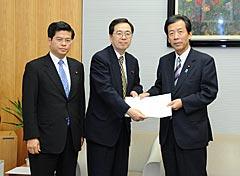 平野官房長官(右)に申し入れる斉藤(中央)、石井氏=8日 首相官邸