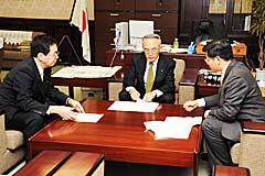 税制改正で申し入れる斉藤(左側)、石井(右側)両氏=10日 財務省