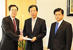 来年度(2010年度)予算で党の提言を申し入れる斉藤(左)、石井(右)の両氏=24日 首相官邸
