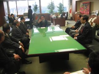前原大臣へ申し入れする太田議長と斉藤鉄夫=14日 国土交通省