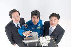 「きぼう」日本実験棟の模型を前に(右から)北側、土井、斉藤の各氏