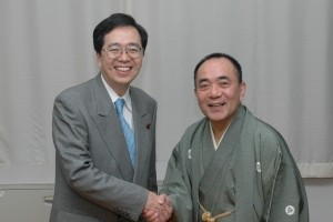 斉藤鉄夫、三遊亭小遊三師匠(社団法人落語芸術協会副会長)と握手