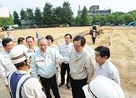 校庭表土の除去作業を視察する斉藤鉄夫、井上幹事長