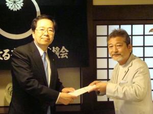意見書を受け取る斉藤鉄夫(左)
