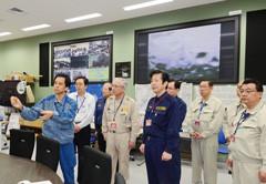 緊急時対策本部室で説明を受ける斉藤鉄夫