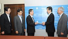 福島県知事より要望を受ける斉藤鉄夫(左端)