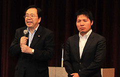 あいさつする斉藤鉄夫(左)といさ進一党青年局次長
