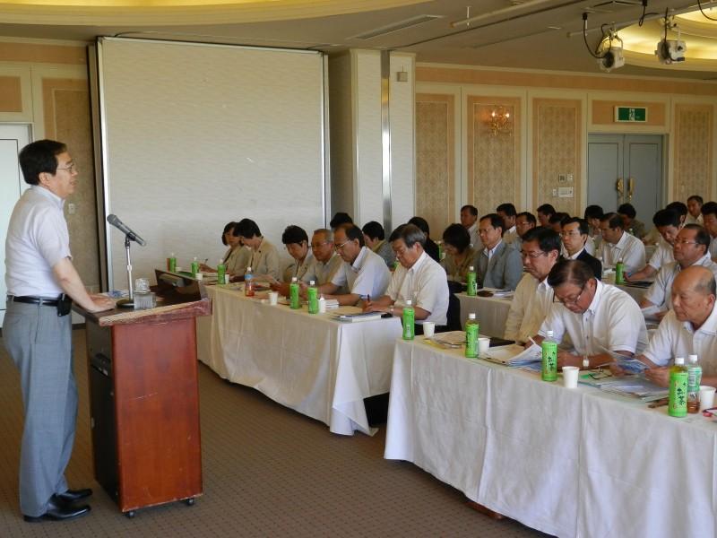 研修会であいさつする斉藤鉄夫(左端)