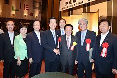 上山会長(右から3人目)と山口代表、さいとう鉄夫(右から4人目)