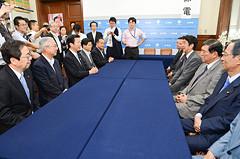 自民党執行部の表敬を受ける山口代表、斉藤鉄夫(左端)