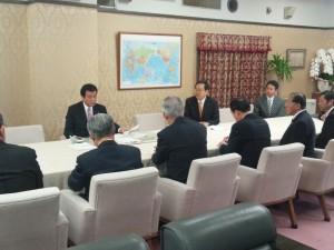 財務大臣(奥側左)に内容について説明する 斉藤鉄夫