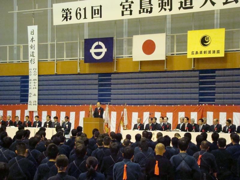 開会式であいさつする 斉藤鉄夫