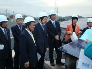 福山太陽光発電所を視察する 斉藤鉄夫(左から4人目)
