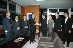 松村理事長と申し入れをする 斉藤鉄夫(右から2人目)