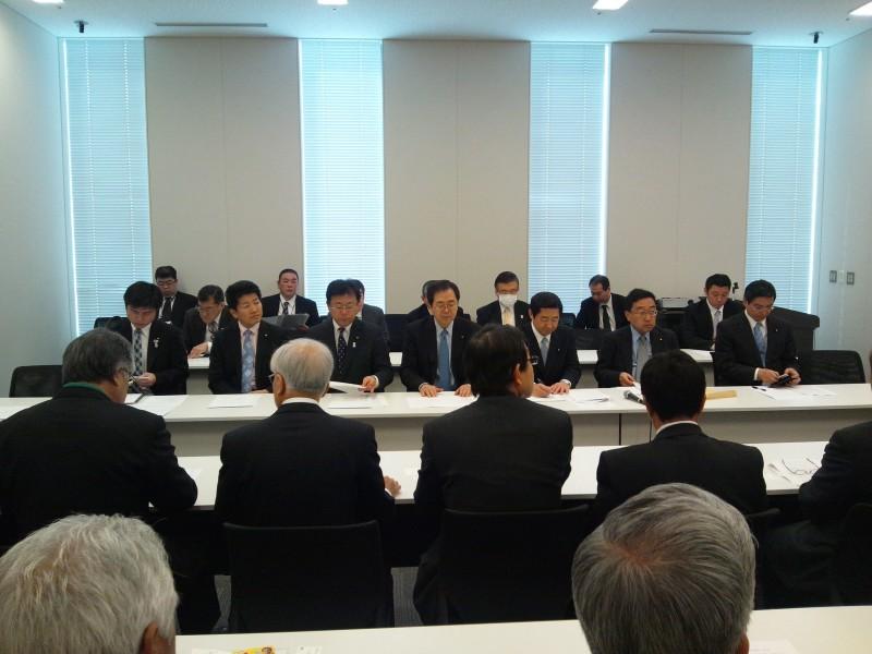 要望を聞く 斉藤鉄夫(奥側左から4人目)