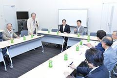 要請を受ける 斉藤鉄夫(左から3人目)と谷合参院議員