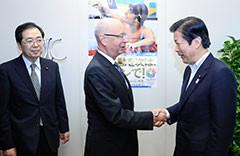 シュワブ会長(中)の表敬を受ける山口代表(右)、斉藤鉄夫(左)