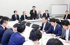 党憲法調査会で意見交換に臨む 斉藤鉄夫(奥側左端)