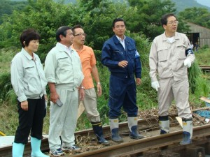 被害現場を視察する 斉藤鉄夫(右端)ら