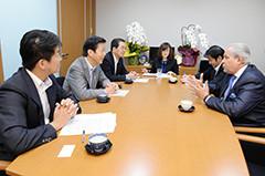 モレイ議長と意見交換する山口代表と 斉藤鉄夫
