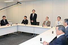 与党税制協議会であいさつする 斉藤鉄夫(左から3人目)