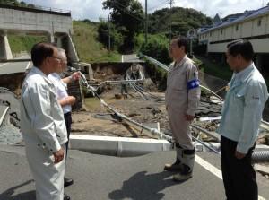 災害現場を視察する 斉藤鉄夫(右から2人目)