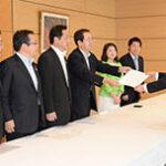 申入れする 斉藤鉄夫(左から4人目)