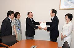 要請を受ける 斉藤鉄夫(右から2人目)