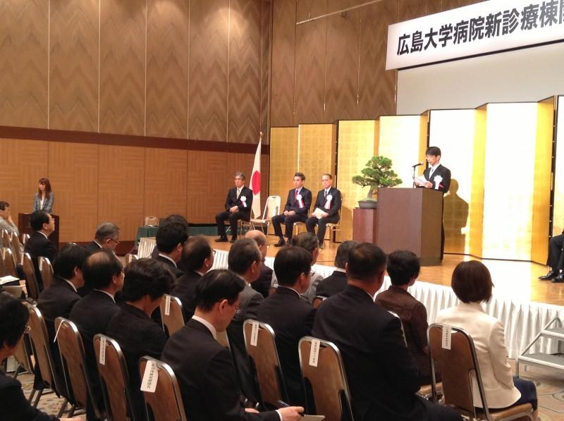 記念式典に参加する 斉藤鉄夫(左から2人目)