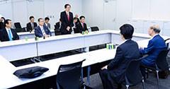 調査委員会であいさつする 斉藤鉄夫(奥側右から2人目)