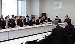 団体より要望を聞く 斉藤鉄夫(左から2人目)