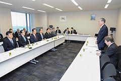 要望を受ける 斉藤鉄夫(左から2人目)