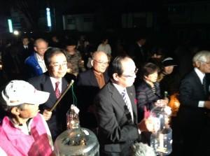 提灯行列に参加した 斉藤鉄夫と松井一實広島市長