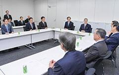 与党調査委員会に臨む さいとう鉄夫(右から4人目)