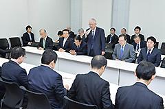 党合同会議に臨む 斉藤鉄夫(奥側、井上幹事長右隣)
