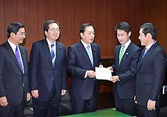 太田国交相への要望に同席する 斉藤鉄夫(左から2人目)
