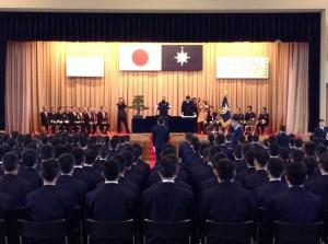 卒業式の様子(壇上左側、前列右端が 斉藤鉄夫)