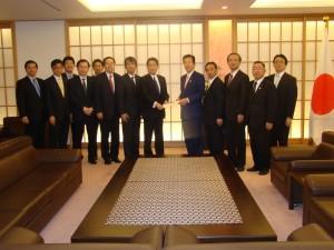 岸田外相への要望に出席した 斉藤鉄夫(左から6人目)