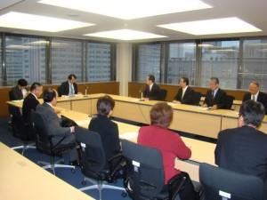 外務省軍縮課長と意見交換する 斉藤鉄夫(奥側右から4人目)