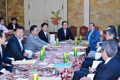 与党協議に臨む 斉藤鉄夫(左側一番奥)