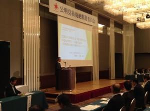 講演する 小溝泰義広島文化センター理事長