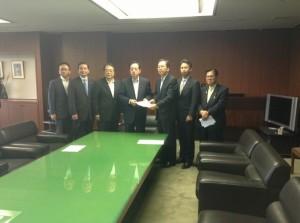 太田国交大臣(左から4人目)に提言を渡す 斉藤鉄夫(右から3人目)