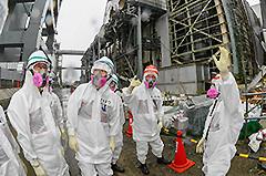 4号機付近を調査する 斉藤鉄夫(左から2人目)